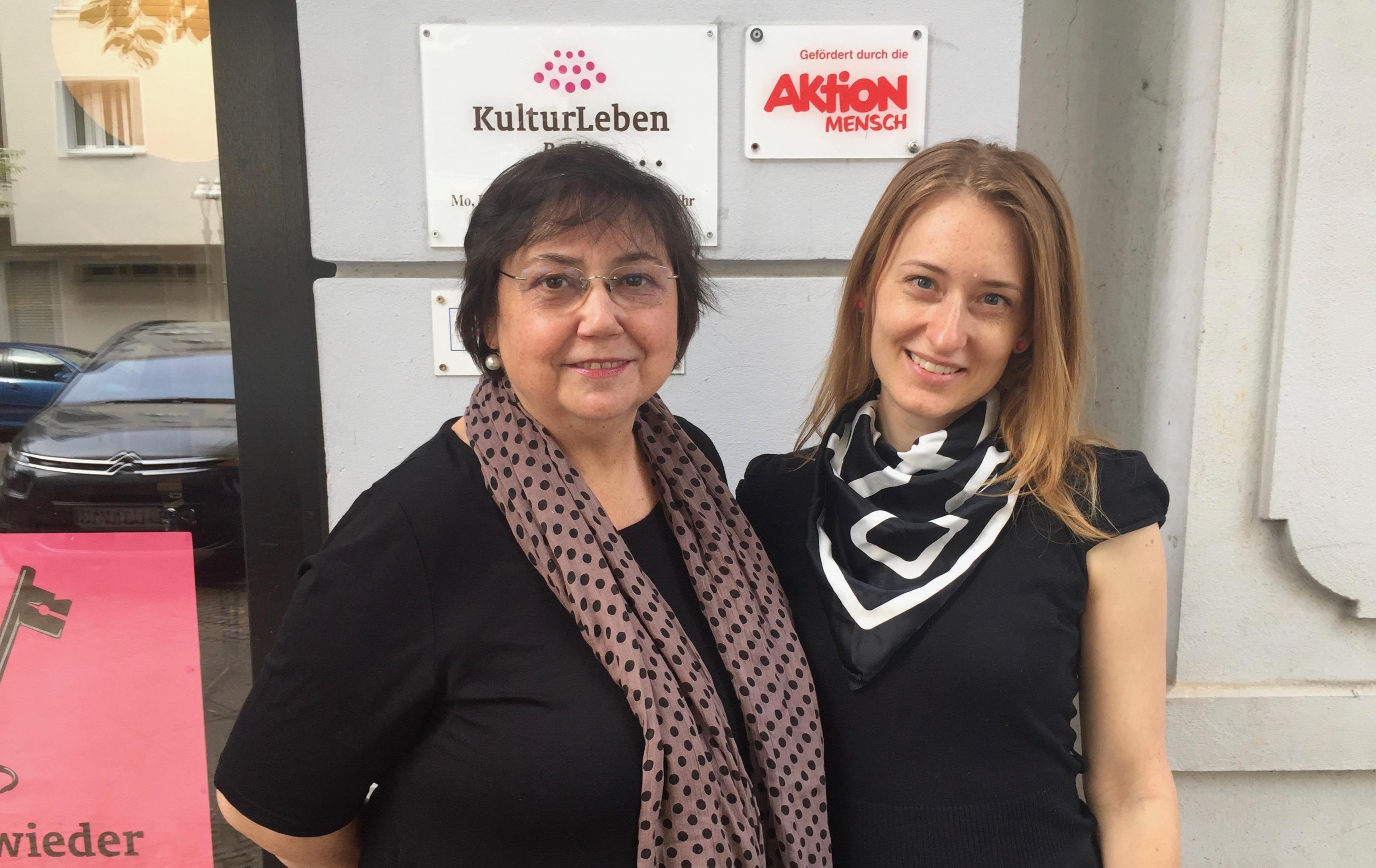 Unser Team: Valeria Pop (Verwaltung) links im Bild und Veronika Vlachova (Musikwissenschaft und Programmplanung) rechts im Bild